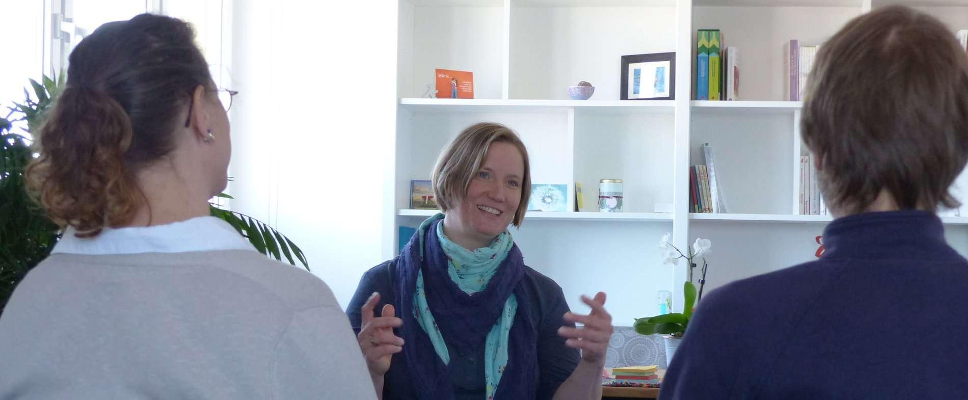 Natalie Kitterer im Gespräch mit einem Paar